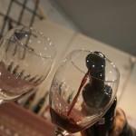 Momento sirviendo vino de La Mancha