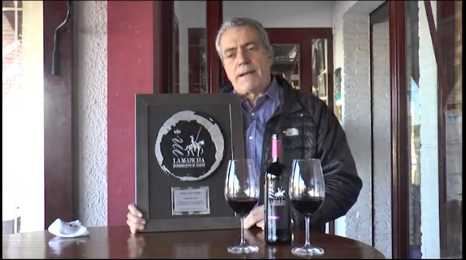 José Crespo, en representación de la Asociación de Hosteleros de C-LM, agradece el galardón Amigo del vino 2020