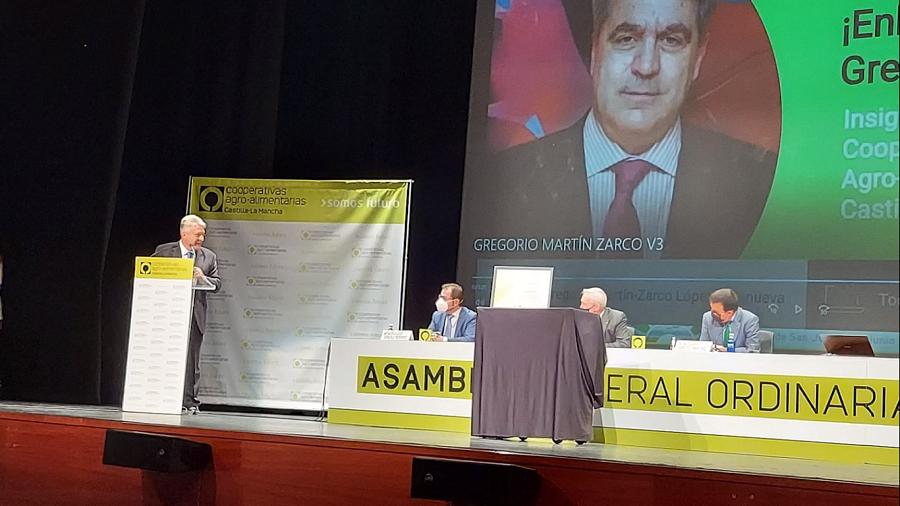 Gregorio Martín Zarco recibe una Insignia de Oro por Cooperativas Agro-alimentarias de C-LM